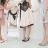 写真:ドレスを選ぶ女性